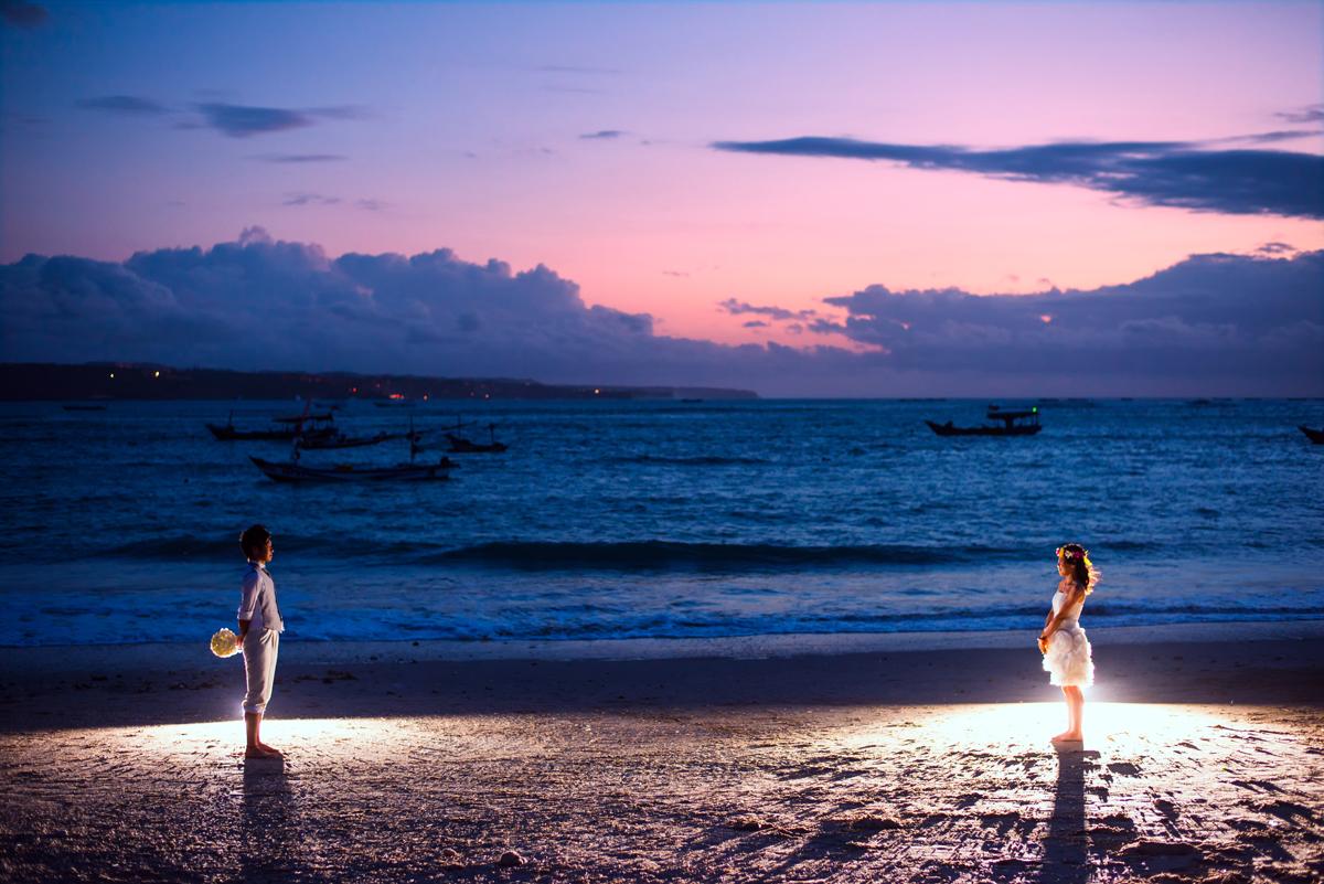 浜辺で向き合う二人