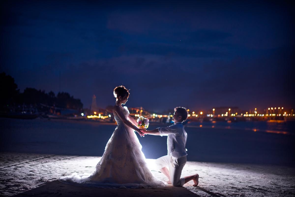 ビーチでの花束プロポーズ